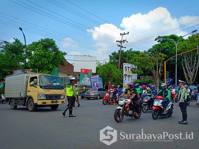 Timgab melakukan rekayasa lalin dan mengaktifkan traffic light di perempatan Mergan, Kecamatan Sukun, Kota Malang.