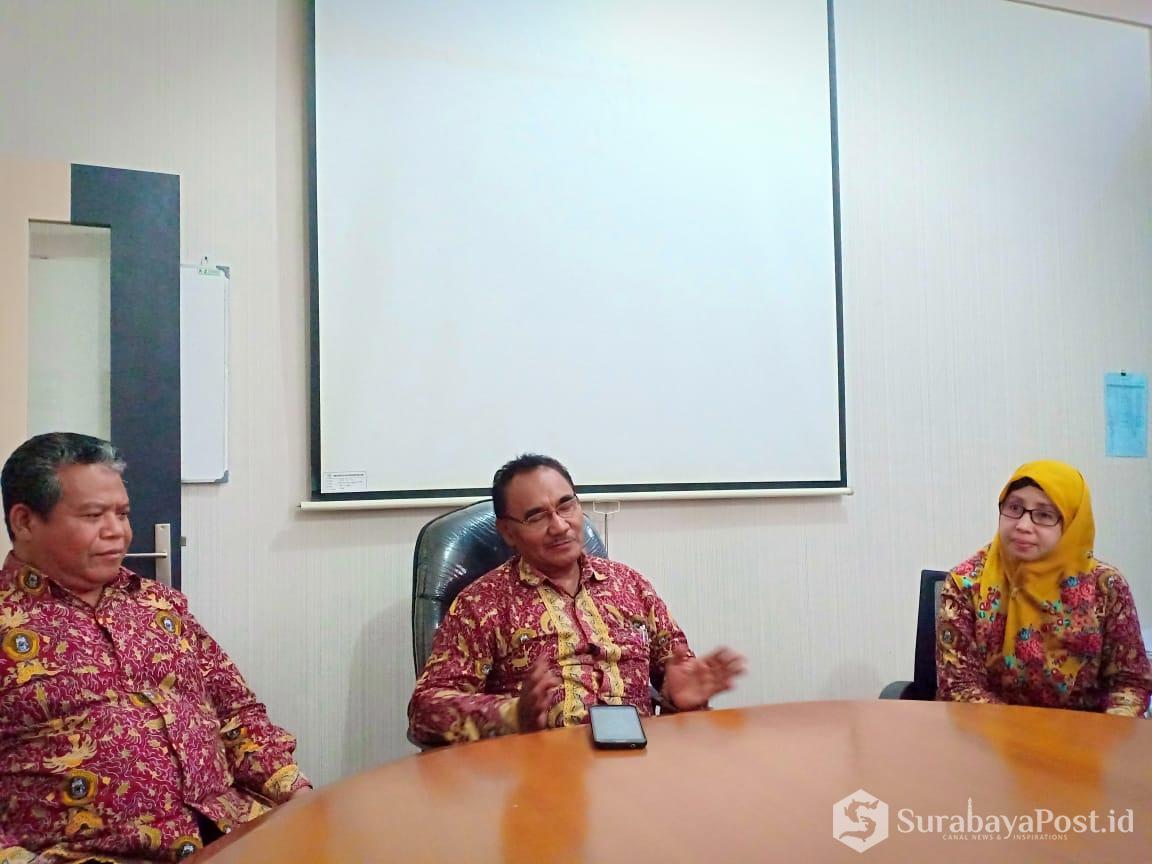 Rektor Unikama Dr Pieter Sahertian (temgah) saat memberikan keterangan pers pada wartawan.