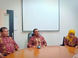 Rektor Unikama, Dr Pieter Sahertian (tengah) didampingi WR IV, Umiati Jawas (kanan) dan WR I, Sudi Dolaji (kiri).