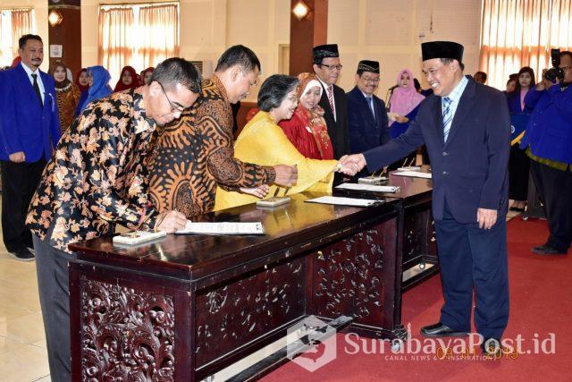 Rektor UM Prof Dr AH Rofi'uddin memberikan ucapan selamat pada pejabat struktural yang dilantik.