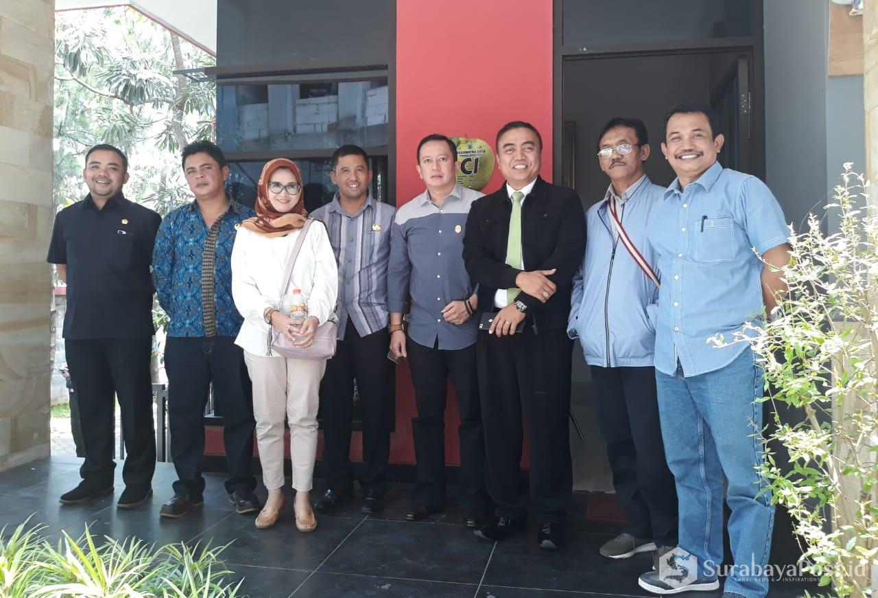 Ketua Komisi C, Didik Mahmud dan anggota dewan lainnya serta Dinas terkait posesif bersama GM Hotel Ubud Selamet usai Sidak.