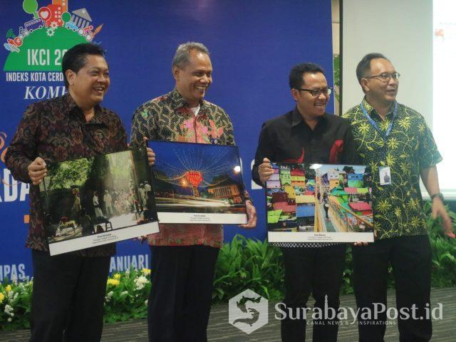 Wali Kota Malang Sutiaji (dua dari kanan) saat menerima penghargaan Kota Cerdas .