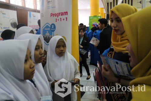 Duta Kampus UM memberikan penjelasan pada para siswa tentang SNMPTN dan SBMPTN.