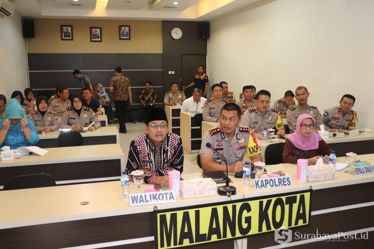 Wali Kota Sutiaji dan Kapolres Malang Kota AKBP Asfuri saat mengikuti Vidcon penanganan MoU antara Kapolri dengan Mensos