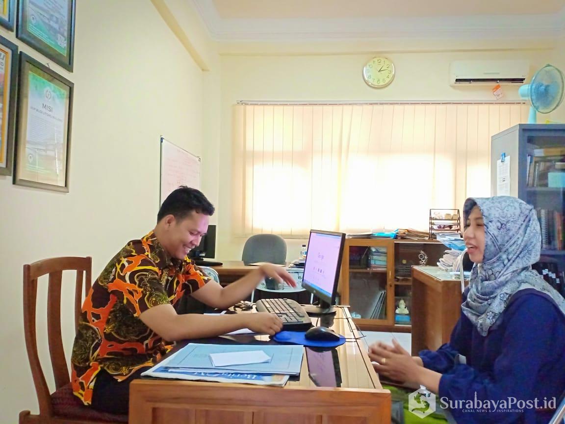 Sekretaris Pusat Kerjasama dan Hubungan Masyarakat IKIP Budi Utomo Malang, Jazuli M.Pd saat melakukan tes baca alquran, bahasa Inggris dan Bahasa Indonesia pada Hilma Zuroida.