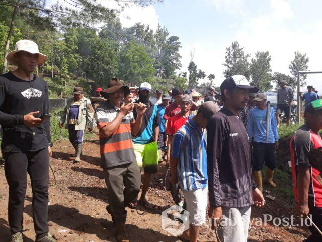 Warga Desa Sumberjo saat melakukan aksi di kawasan pemakaman dan lapangan sepakbola yang kini diklaim milik pribadi atas nama Menik.