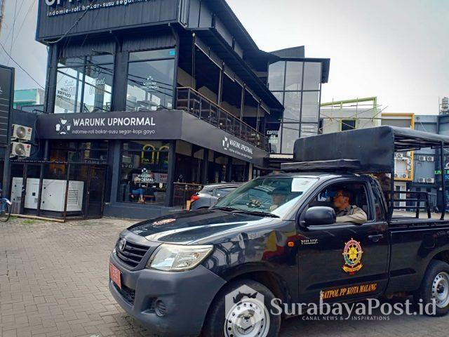 Restoran dan cafe Warunk Upnormal di Jl Borobudur saat didatangi petugas Satpol PP Pemkot Malang untuk menindak lanjuti pemeriksaan yang telah dilakukan sebelumnya.