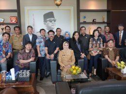Wali Kota Batu Hj Dewanti Rumpoko (tengah depan ) pose bersama tim asal Jepang usai pertemuan.
