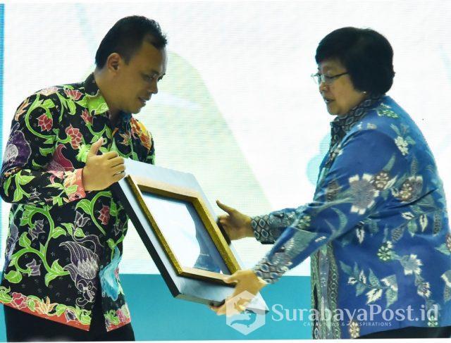 Menteri LHK Siti Nurbaya Bakar saat menyerahkan anugerah Adipura kepada Kepala Dinas Lingkungan Hidup Pemkot Batu Arief As Siddiq.