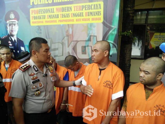 Kapolres Malang Kota, AKBP Asfuri saat merilis para tersangka narkoba, FM alias Gogon (kanan) dan YW alias Yono (dua dari kanan).