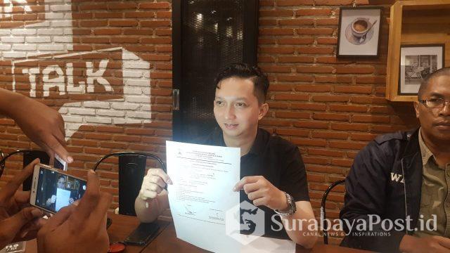 Widi Bagus Prasetyo perwakilan owner cafe Warunk Upnormal menunjukkan surat pengajuan izin usahanya yang masih diproses.