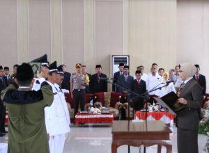 Wali Kota Hj Dewanti Rumpoko saat melantik tiga Kades, di Balaikota Among Tani Kota Batu, Rabu (16/1/2019)