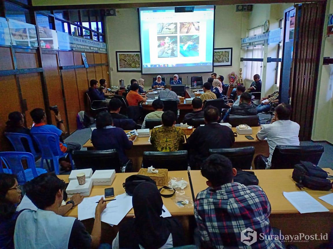 Plt Dirut PDAM Kota Malang Anitasari saat memberikan keterangan pers terkait anomali distribusi air yang menyebabkan 25 ribu pelanggan PDAM terganggu.