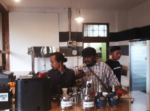 Saiful Islam peracik kopi di Cafe Sri Dewi, Kota Batu.