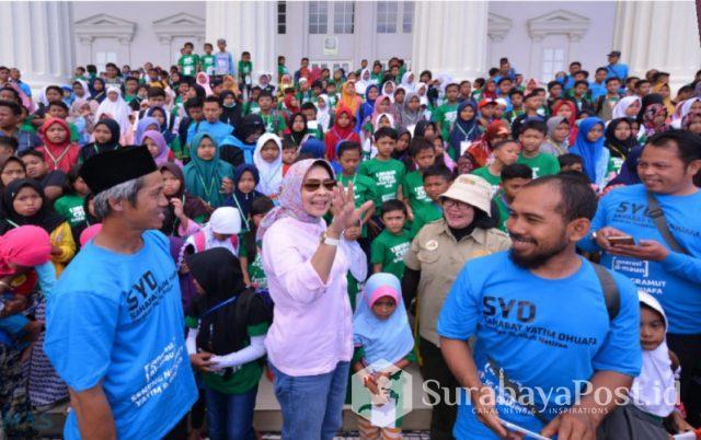 Wali Kota Hj Dewanti Rumpoko tampak bahagia saat berswafoto bersama 570 anak yatim di Jatim Park II, Kota Batu, Minggu (20/1/2019).