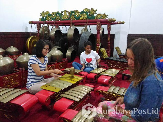 Mahasiswa asing IKIP Budi Utomo Malang saat belajar kesenian gamelan.