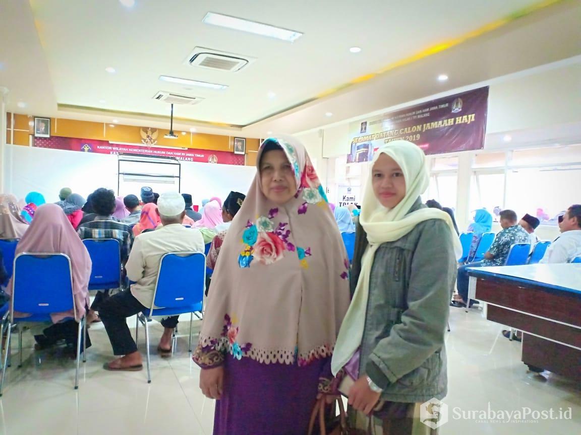 CJH asal Kabupaten Malang diantar putrinya saat mengurus Paspornya di Kantor Imigrasi Malang.