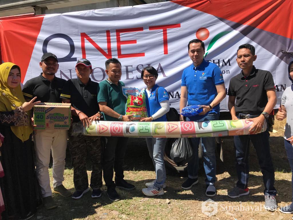 Para karyawan QNET Indonesia saat di lokasi bencana.