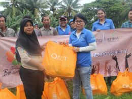 QNET Indonesia saat menyerahkan bantuan pada korban gempa dan tsunami.