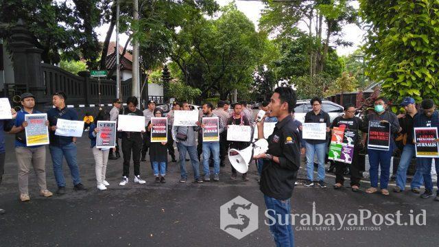 Para jurnalis di Malang Raya demo, menuntut Jokowi mencabut remisi I Nyoman Susrama yang menjadi otak pembunuh wartawan di Bali.