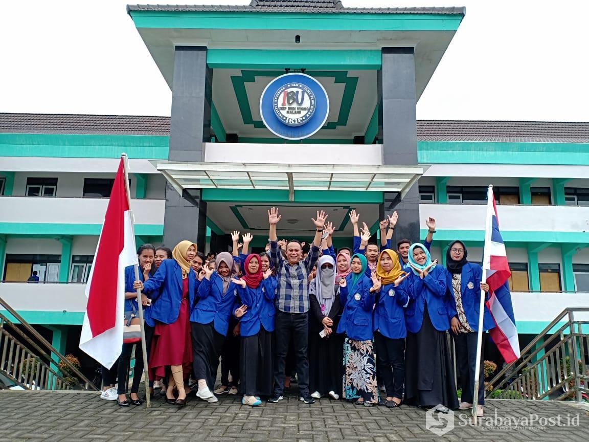 Rektor IKIP Budi Utomo Malang Dr Nurcholis Sunuyeko MSi foto bersama dengan tujuh mahasiswanya yang ditugaskan mengajar di Thailand.