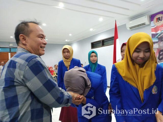 Rektor IKIP Budi Utomo Malang Dr Nurcholis Sunuyeko MSi saat melepas tujuh mahasiswa yang ditugaskan mengajar di Thailand.
