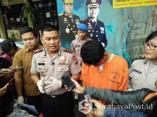 Kapolres Malang Kota AKBP Asfuri SIK MH saat merilis tersangka penipuan HP.