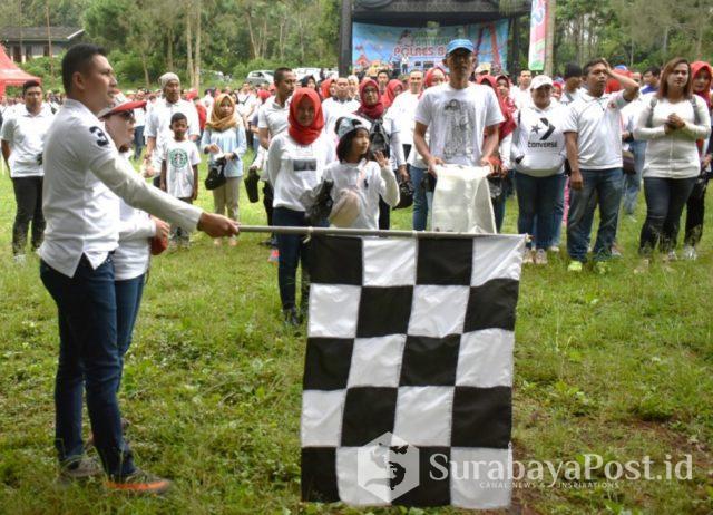 Kapolres Batu AKBP Budi Hermanto melepas peserta jalan sehat sambil bersih-bersih jalan.