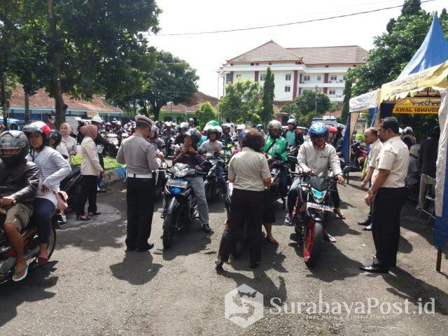Satlantas Polres Malang Kota, Dishub Bersama Bapenda Jatim saat menggelar operasi gabungan di Kota Malang.