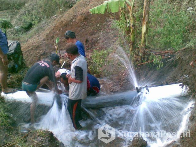 Petugas PDAM Kabupaten Malang memperbaiki instalasi pipa air yang rusak di Wagir.