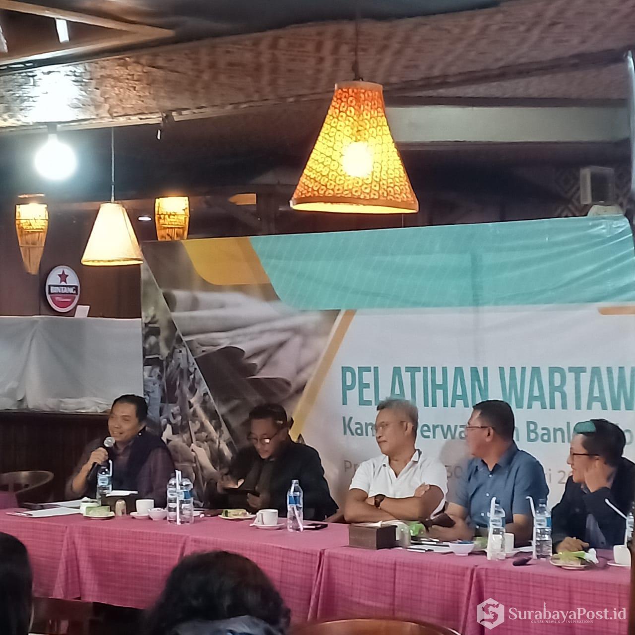 Kepala Perwakilan BI Malang Azka Subhan Aminurridho (kiri) kala memberikan pemaparan dalam Pelatihan Wartawan Ekonomi Kantor Perwakilan BI se Jatim.
