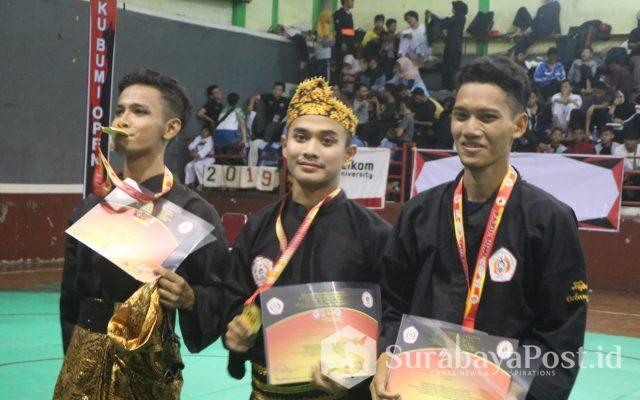 Muhammad Taqiyyudin (tengah) saat menerima medali emas dalam kejuaraan internasional Pencak Silat Terbuka PPS PAKU BUMI Open VI di Gor Pajajaran Bandung.