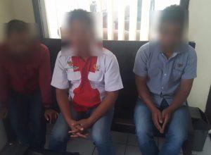 Tiga tersangka yang diduga melakukan pemerasan terhadap guru di Pakis, Kabupaten Malang Jawa Timur.