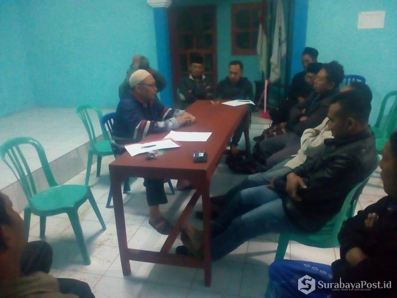Wiwit Priyohandoko saat melakukan pertemuan dengan warga di Balai Desa Bocek.