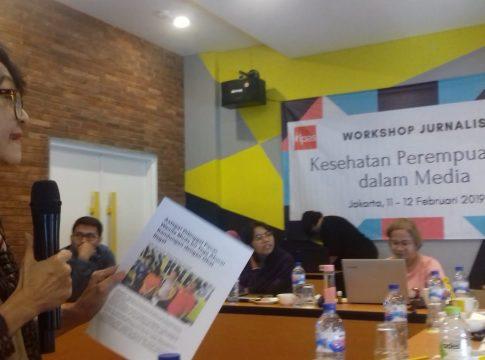 Wakil Ketua YKP Ninuk Widiyantoro saat menjelaskan soal rendahnya kesadaran masyarakat terhadap kesehatan reproduksi kaum ibu.