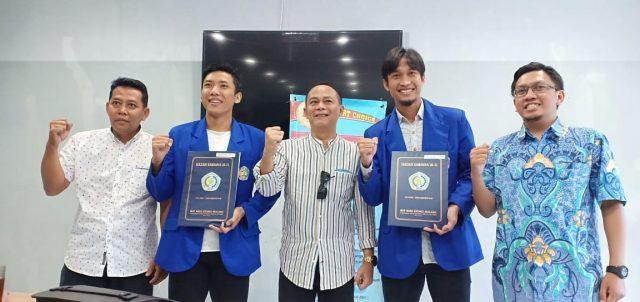 Rektor IKIP Budi Utomo Malang Dr Nurcholis Sunuyeko MSi diapit Ahmad Bustomi (kiri) dan Arif Suyono (kanan) usai menerima ijazah di kampus IBU Malang.