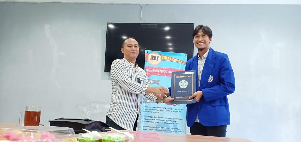 Rektor Nurcholis Sunuyeko menyerahkan ijazah pada Arif Suyono.
