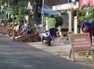 Pegawai PDAM Kabupaten Malang memasang pipa untuk SR baru, di wilayah Kecamatan Kepanjen.