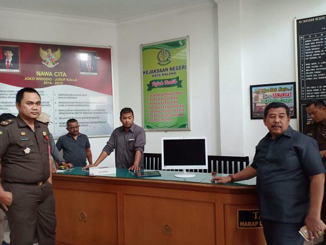 Kajari Kota Malang Amran Lakoni (kanan) saat meninjau pemasangan perangkat IT, Rabu (13/2/2019).