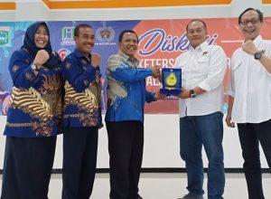 Dirut PDAM Kabupaten Malang Syamsul Hadi menyerahkan cinderamata kepada Ketua PWI Malang Raya M Ariful Huda.