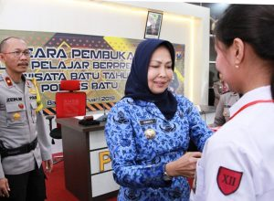 Wali Kota Batu Hj Dewanti Rumpoko saat menyematkan tanda peserta Binlat pada peserta.