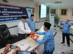 Plt Bupati Malang HM Sanusi memberikan SK pengangkatan pada Syamsul Hadi sebagai Dirut Perumda Tirta Kanjuruhan.