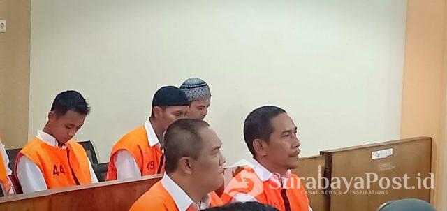 Dandung Jul Hardjanto (kiri depan) saat menunggu untuk disidang di PN Kota Malang.