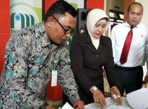 Dirut Perumdam Among Tirto Eddy Sunaedi menandatangani MoU dengan Kajari Kota Batu Sry Heny Alamsari.