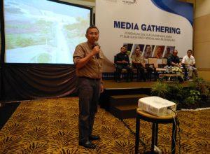 Presdir PT Bumi Suksesindo, Adi Adriansyah Sjoekri saat memaperkan produksi tambang di Tujuh Bukit, Banyuwangi dalam acara Media Gathering di Malang.