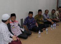 Walikota Sutiaji (dua dari kiri) saat berdialog dengan takmir masjid