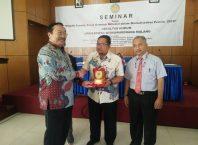 Rektor Unidha Malang Prof Dr Suko Wiyono menyerahkan cinderamata pada pemateri seminar