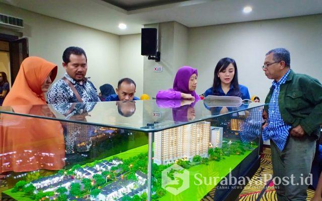 Para karyawan Apartemen Kalindra kala melayani pembeli