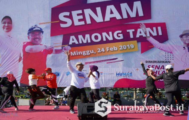 Walikota Batu Hj Dewanti Rumpoko sangat bersemangat mengikuti senam Dahlan Iskan Style di lapangan parkir timur Among Tani Kota Batu, Minggu (24/2/2019).