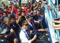 Wagub Jatim, Emil Elestianto Dardak membantu pengecatan Stadion Kanjuruhan Malang.